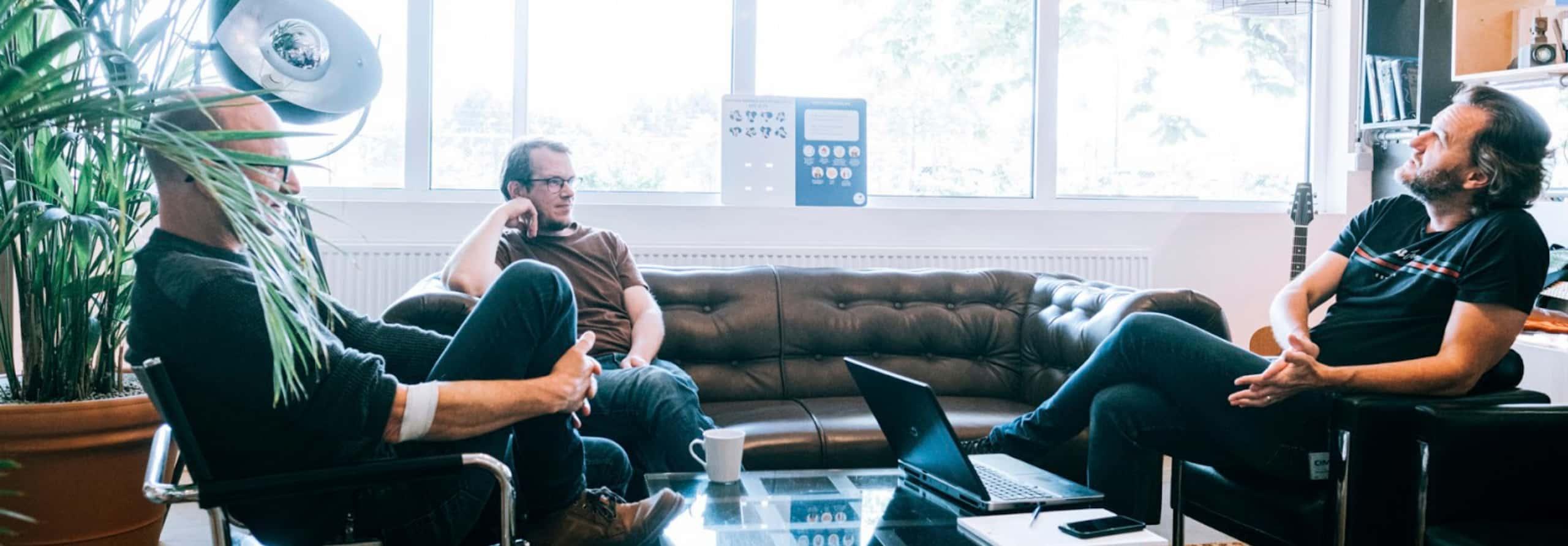 Mannen in zetel dat praten tegen elkaar - team Absolem Engineers- duaal digitaal - duaal leren
